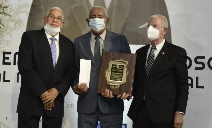 Momentos que Virgilio Cepeda recibe el premio Periodismo del Cibao